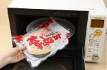 袋のまま電子レンジに入れます。冷蔵お好み焼きは3~4分、冷凍しているお好み焼きの場合は6分程度の間加熱してください。
